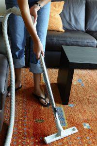Aalborg rengøring og haveservice - støvsugning af tæppe